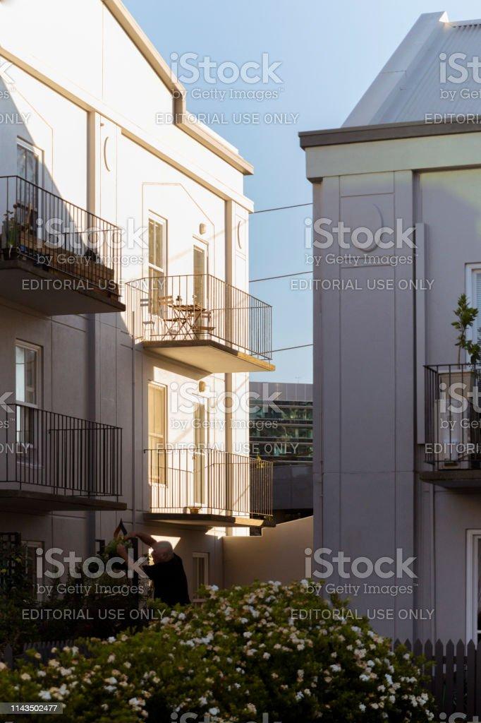 mann arbeitet auf seiner wohnung stil front garden lizenzfreies stock foto