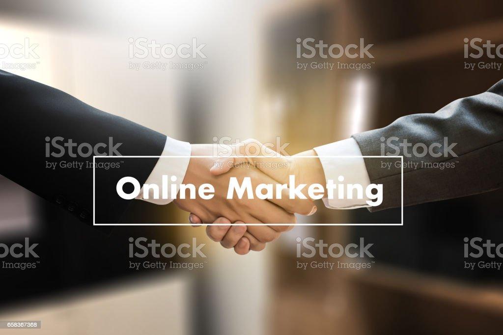 Hombre en portátil, estrategia de contenidos de negocio Online Online Marketing web, actualización de las tendencias de publicidad, publicidad ONLINE - foto de stock