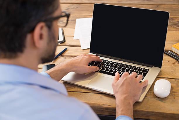 Homme travaillant sur l'ordinateur portable - Photo