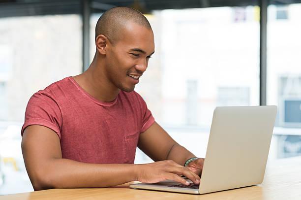 mann arbeitet auf laptop  - checking stock-fotos und bilder