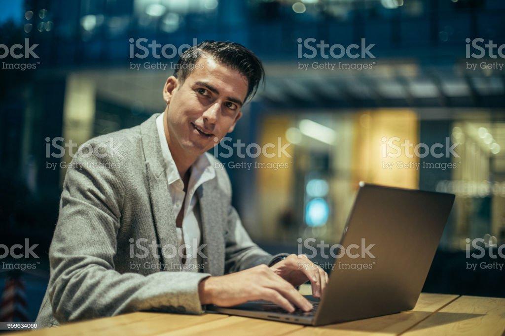 Hombre trabajando en portátil  - Foto de stock de Actividad de fin de semana libre de derechos