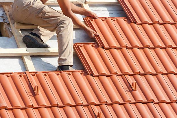 Mann arbeitet auf dem Dach – Foto