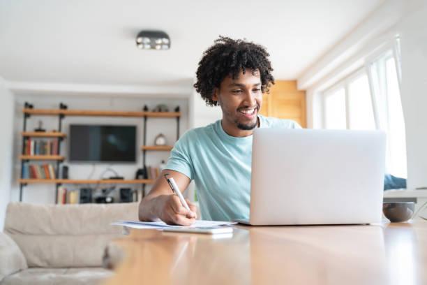 Mann zu Hause online arbeiten – Foto