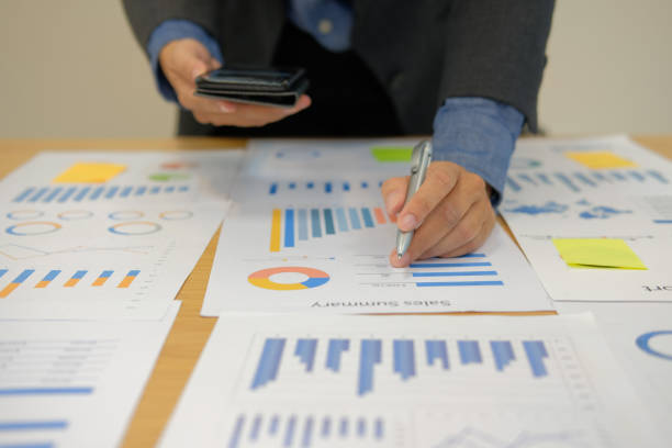 Mann arbeitet Organisation Plan mit Ihrem Smartphone. Geschäftsmann Geschäftsdokument am Arbeitsplatz zu analysieren – Foto