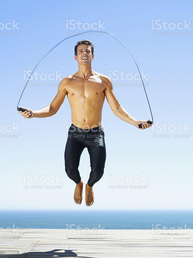 Um Homem a trabalhar com uma Corda de Saltar foto de stock royalty-free