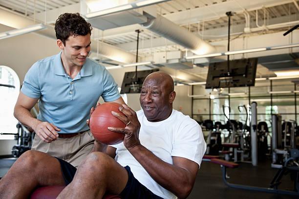Hombre trabajando con pelota de ejercicio - foto de stock