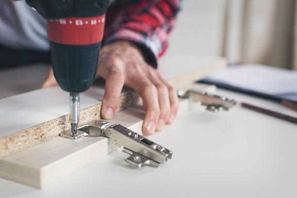Mann arbeitet mit drill – Foto