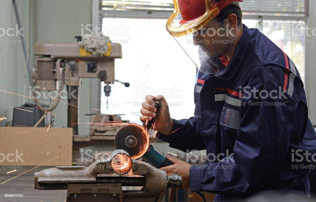 Mann, der arbeitet mit Mahlwerk in Werkstatt – Foto