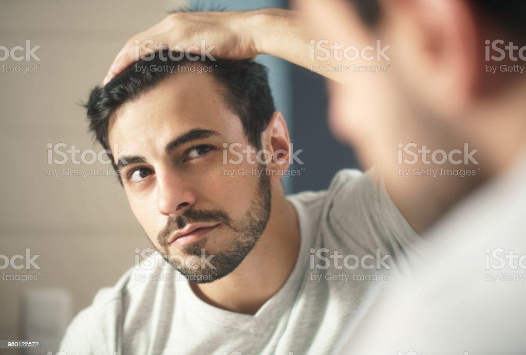 Man bezorgd voor Alopecia controleren haar verlies - Royalty-free Alleen mannen Stockfoto