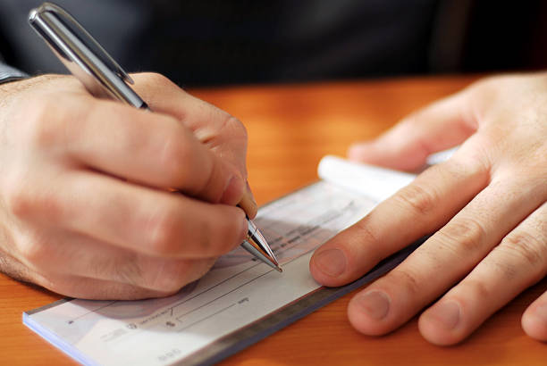 Mann Schreiben einen Scheck – Foto