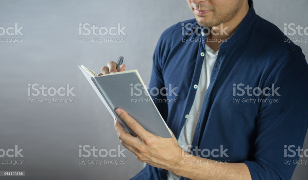 Adam üstünde defter gri arka plan üzerine yazma - Royalty-free Adamlar Stok görsel