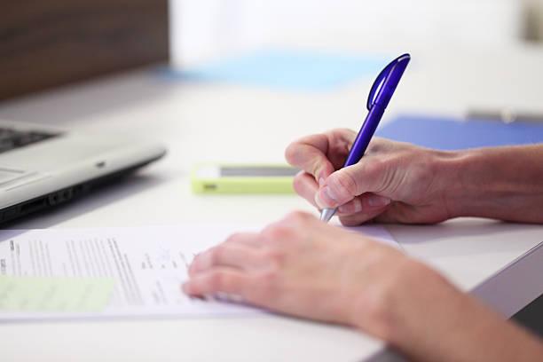 Mann Schreiben auf Papier – Foto