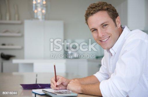 Um Homem A Escrever - Fotografias de stock e mais imagens de 20-29 Anos