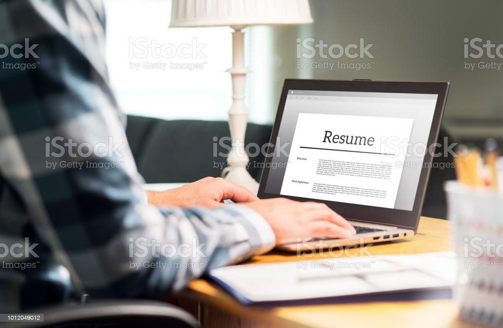 photo libre de droit de homme qui r u00e9dige les cv et cv en bureau  u00c0 domicile avec ordinateur