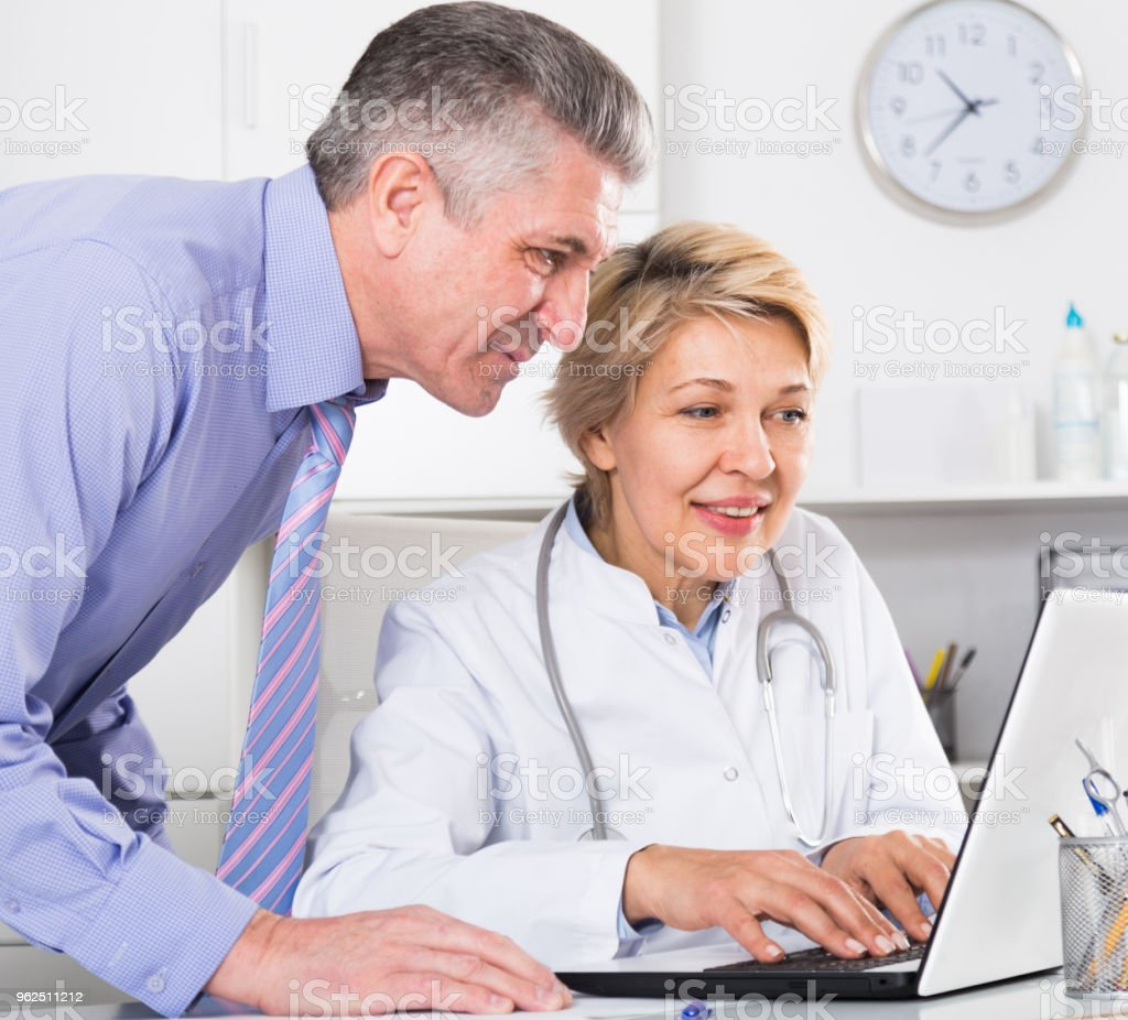 Gerente e médico ler notícias - Foto de stock de Adulto royalty-free