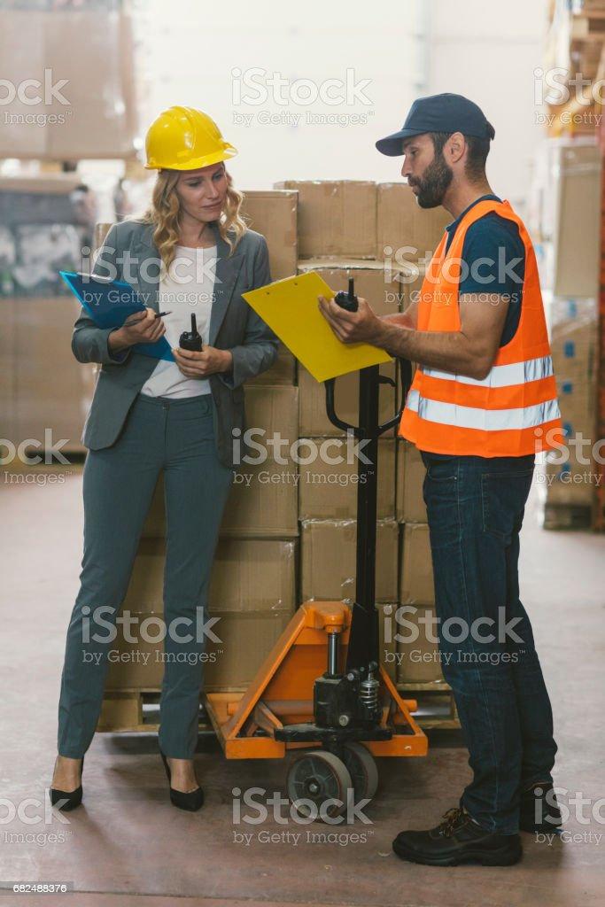 Manager und Arbeiter im Lager Lizenzfreies stock-foto
