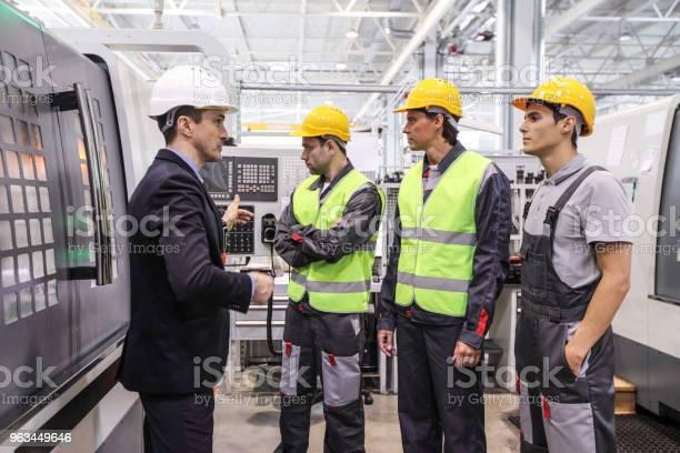 Kierownik I Pracownicy W Pobliżu Maszyn Cnc - zdjęcia stockowe i więcej obrazów Inżynier