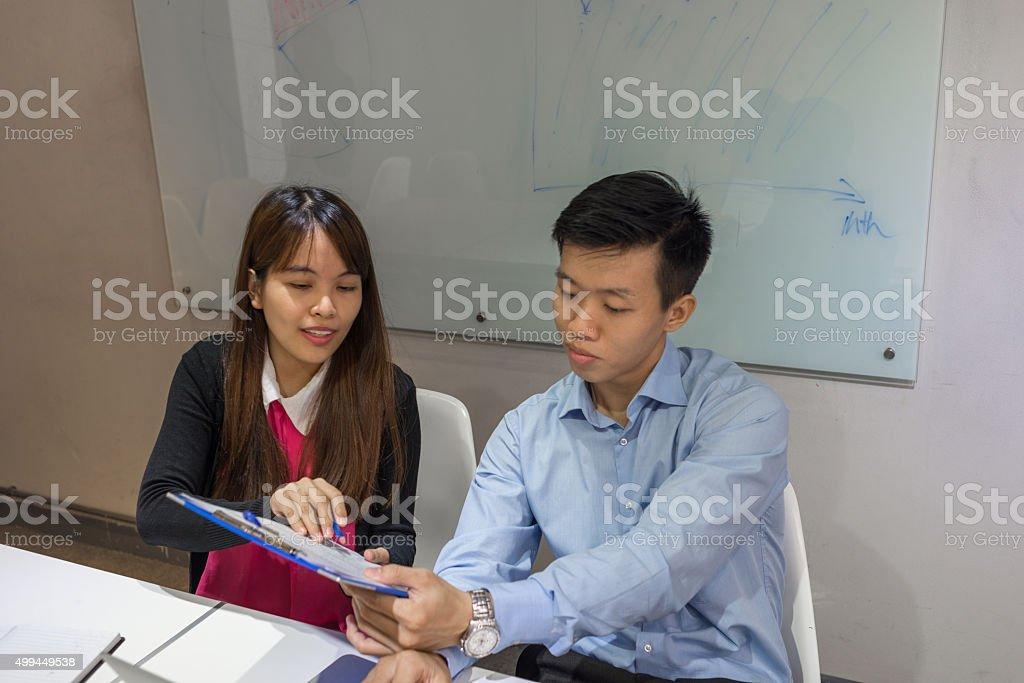 Fotografia De Gerente Asistente Mostrando Su Refuerzo Curriculum