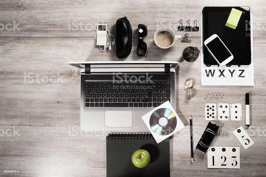 Tavolo Di Ufficio : Responsabile business ufficio sul tavolo con oggetti su un tavolo