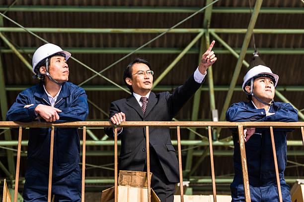 Manager dirige son travailleurs dans l'entrepôt de l'Industrie - Photo
