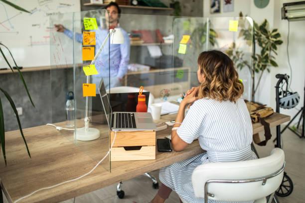 Manager diskutiert mit seiner Mitarbeiterin über Geschäftsstrategie – Foto