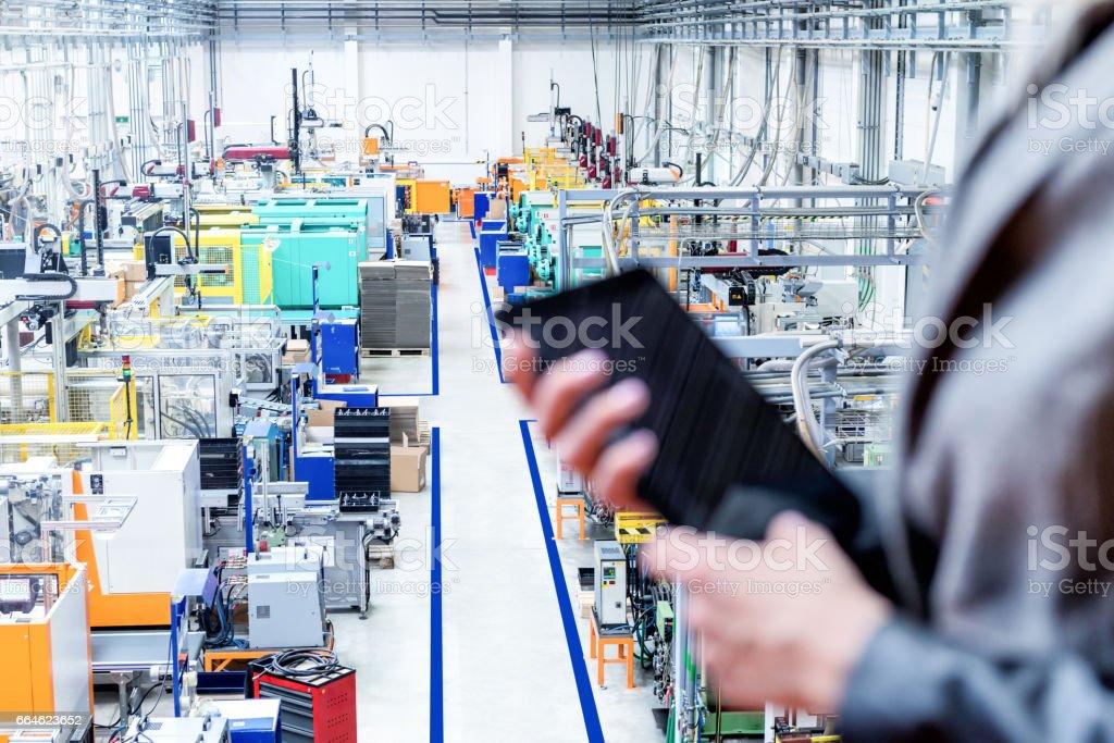 Gerente segurando o tablet, foco em máquinas robotizadas - foto de acervo