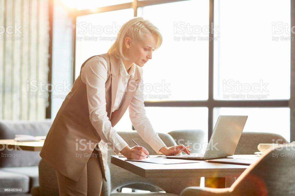 Menedżer przed laptopem - Zbiór zdjęć royalty-free (Analizować)
