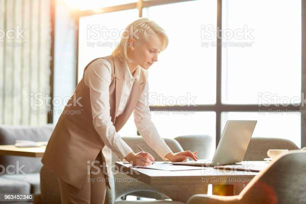 Menedżer Przed Laptopem - zdjęcia stockowe i więcej obrazów Analizować