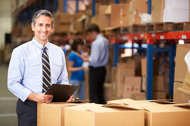 manager im warehouse kontrollkästchen markieren - einzelhandelsarbeiter stock-fotos und bilder