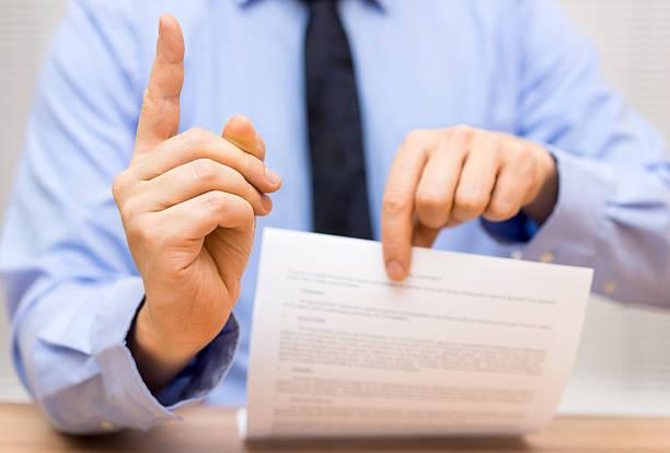 Manager ist verärgert auf einen Kollegen aufgrund schlechter Dokument – Foto