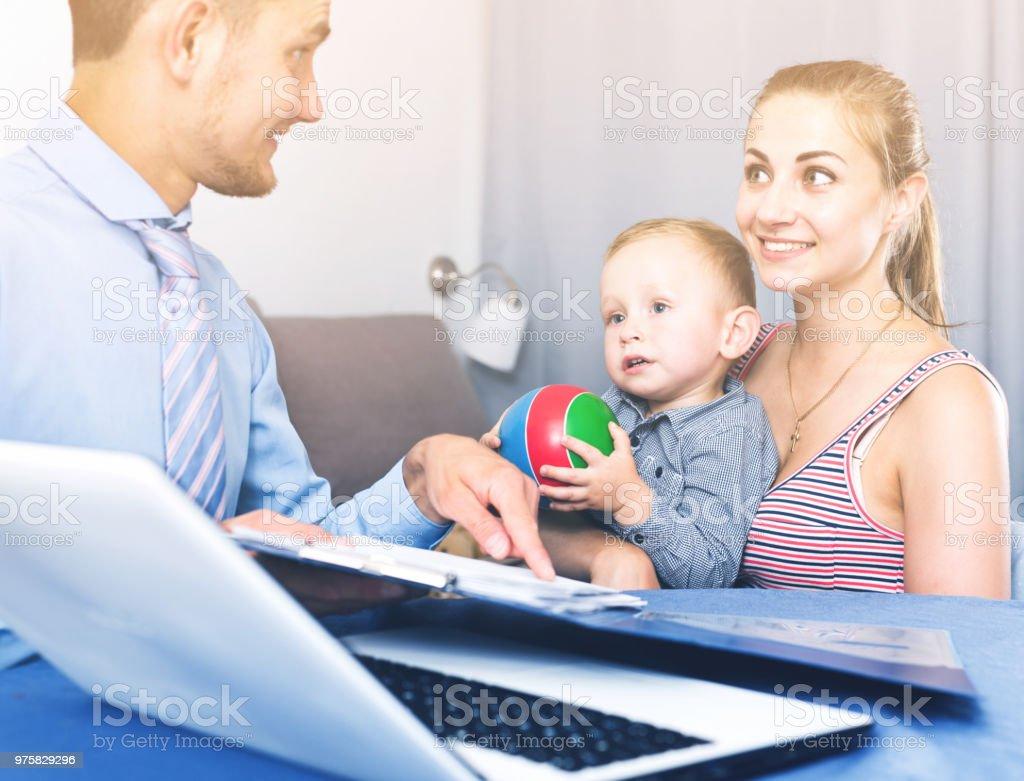 Manager Network marketing Unternehmen mit Dokumenten - Lizenzfrei Alleinerzieherin Stock-Foto