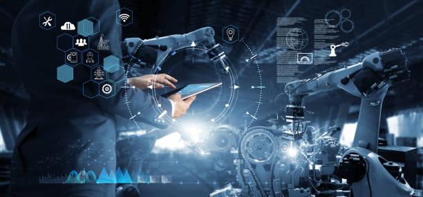 gerente técnico industrial ingeniero de trabajo y control de la robótica con el software del sistema de monitoreo e icono de conexión de red en la tableta. ai, inteligencia artificial, brazo robótico de automatización - robot fotografías e imágenes de stock