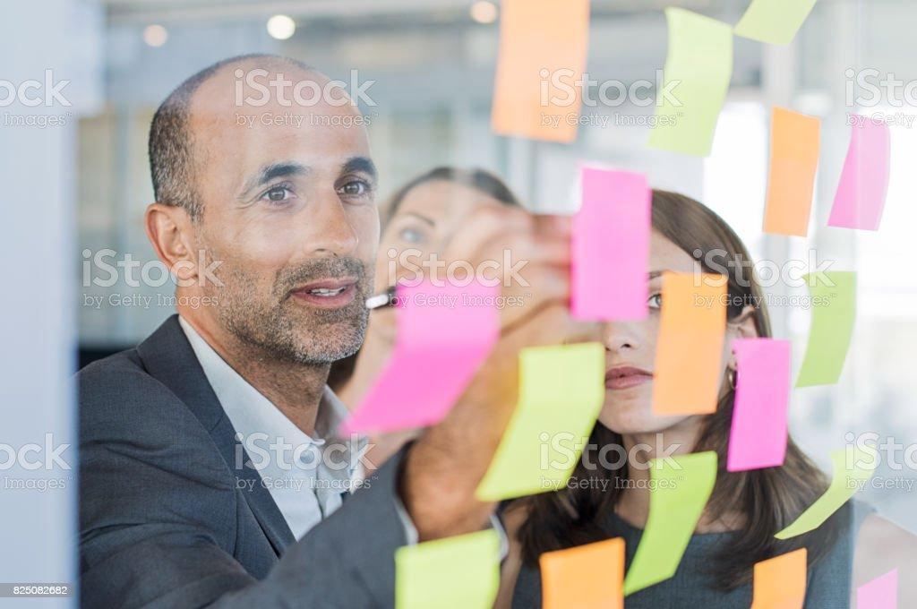 Manager mit Haftnotizen Lizenzfreies stock-foto