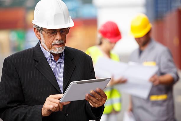 manager mit digitalen tablet am dock - kreativer speicher stock-fotos und bilder