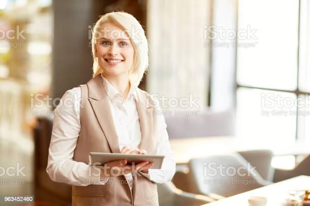Menedżer Z Gadżetem - zdjęcia stockowe i więcej obrazów Menadżer