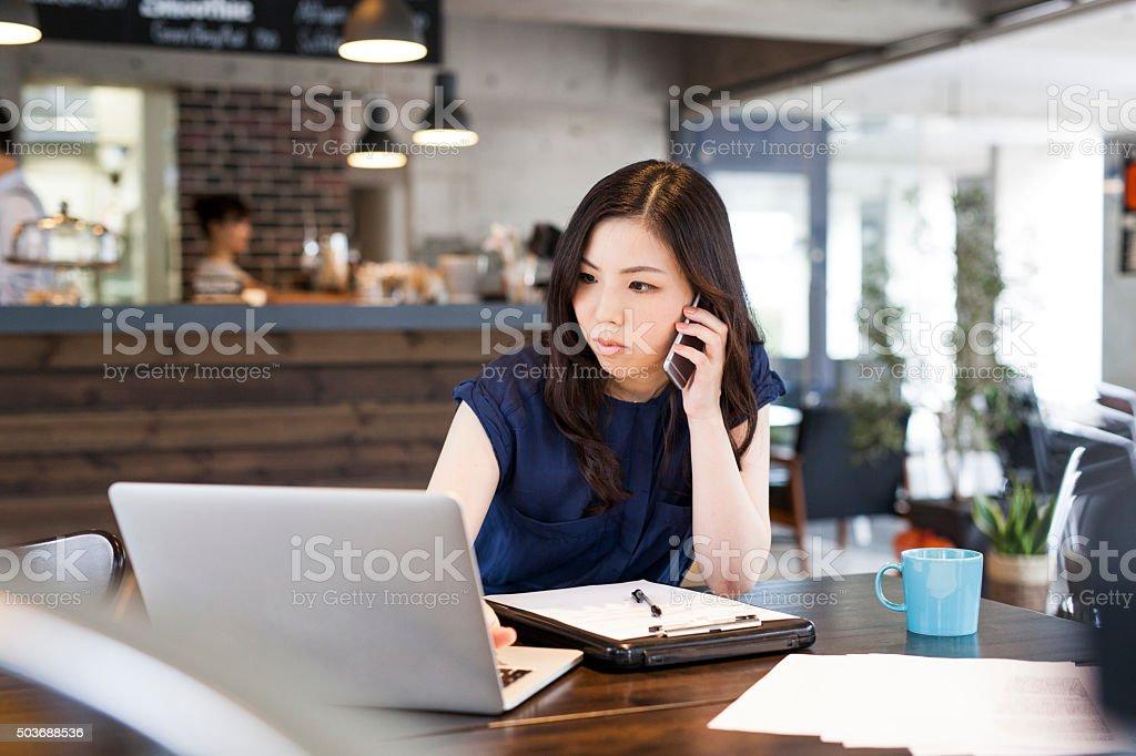 Gerente trabalhando no Cafe - Foto de stock de 30 Anos royalty-free