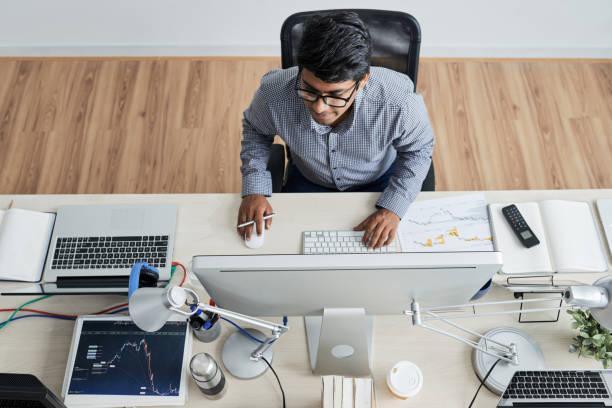 IT-Manager, der im Büro am Computer arbeitet – Foto