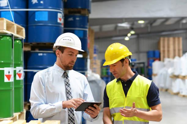 gestores e trabalhadores do setor de logística falam sobre como trabalhar com produtos químicos no armazém - foto de acervo