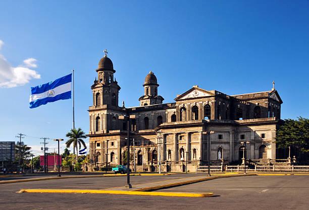 managua hotel, nicaragua: alte kathedrale und nicaraguanischer flagge - nicaragua stock-fotos und bilder