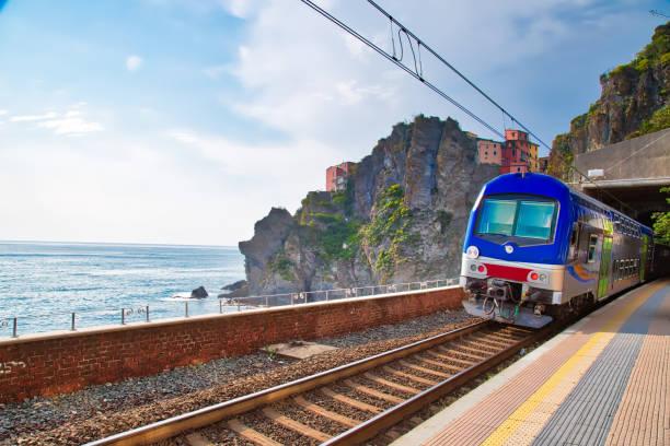manarola tren i̇stasyonu, cinque terre - sefer tarifesi stok fotoğraflar ve resimler