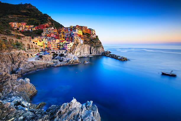 villaggio di manarola, rocce e mare al tramonto. cinque terre, italia - la spezia foto e immagini stock