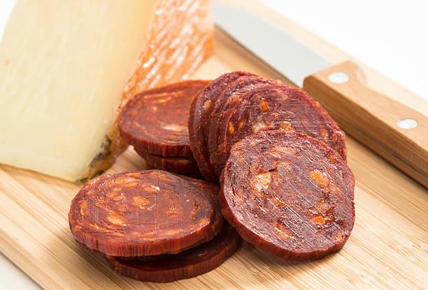 manchego-käse und chorizo - chorizo wurst stock-fotos und bilder