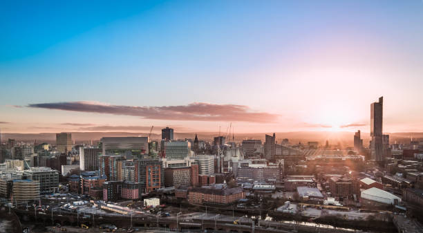 skyline de manchester - paysage urbain photos et images de collection
