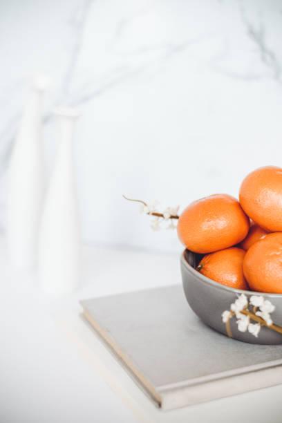 Mandarinen und Bücher – Foto