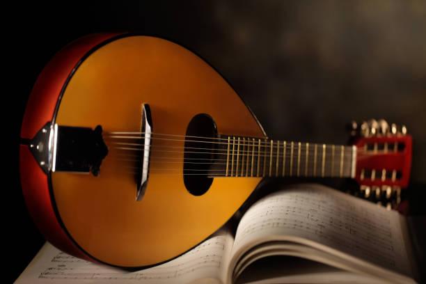 mandolino con piano musicale - foto de acervo
