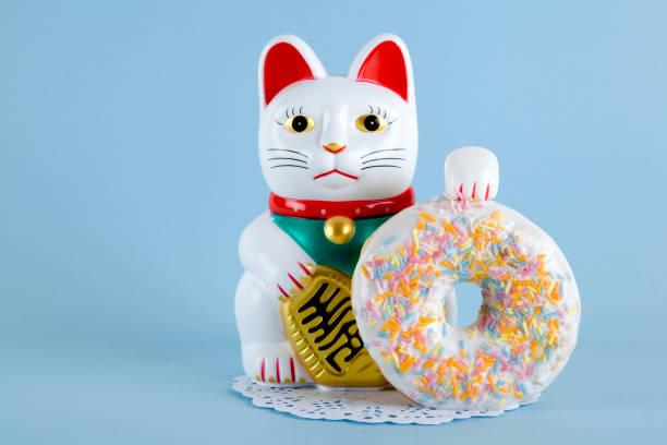 maneki neko donut - котик яркий стоковые фото и изображения