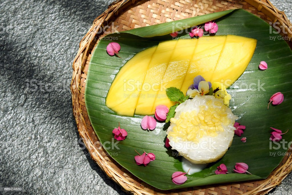 Mango and sticky rice served with coconut milk cream and crunchy beans, Sweet thai style dessert. foto de stock royalty-free