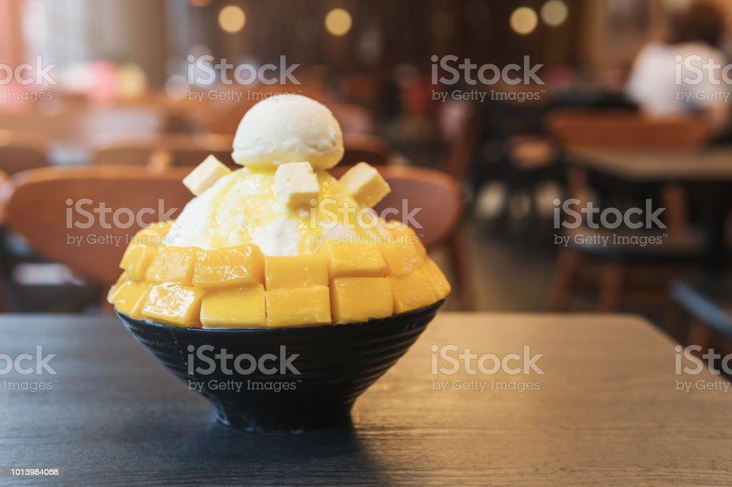 달콤한 카페에서 테이블에 제공 하는 망고 빙 수 스톡 사진