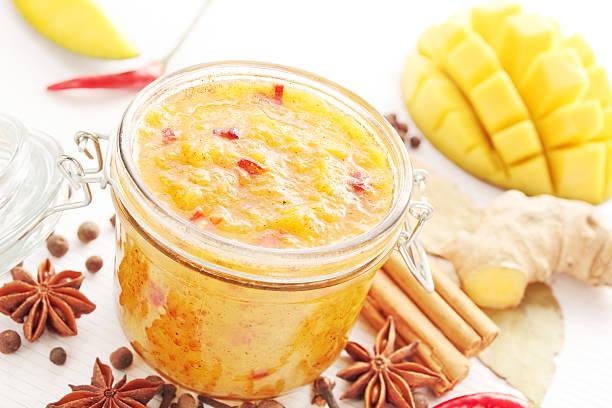 mango-chutney - ingwermarmelade stock-fotos und bilder