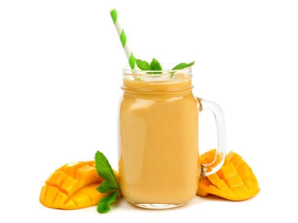 mango-kokos-smoothie in ein einmachglas, isoliert auf weiss - einmachglassmoothie stock-fotos und bilder